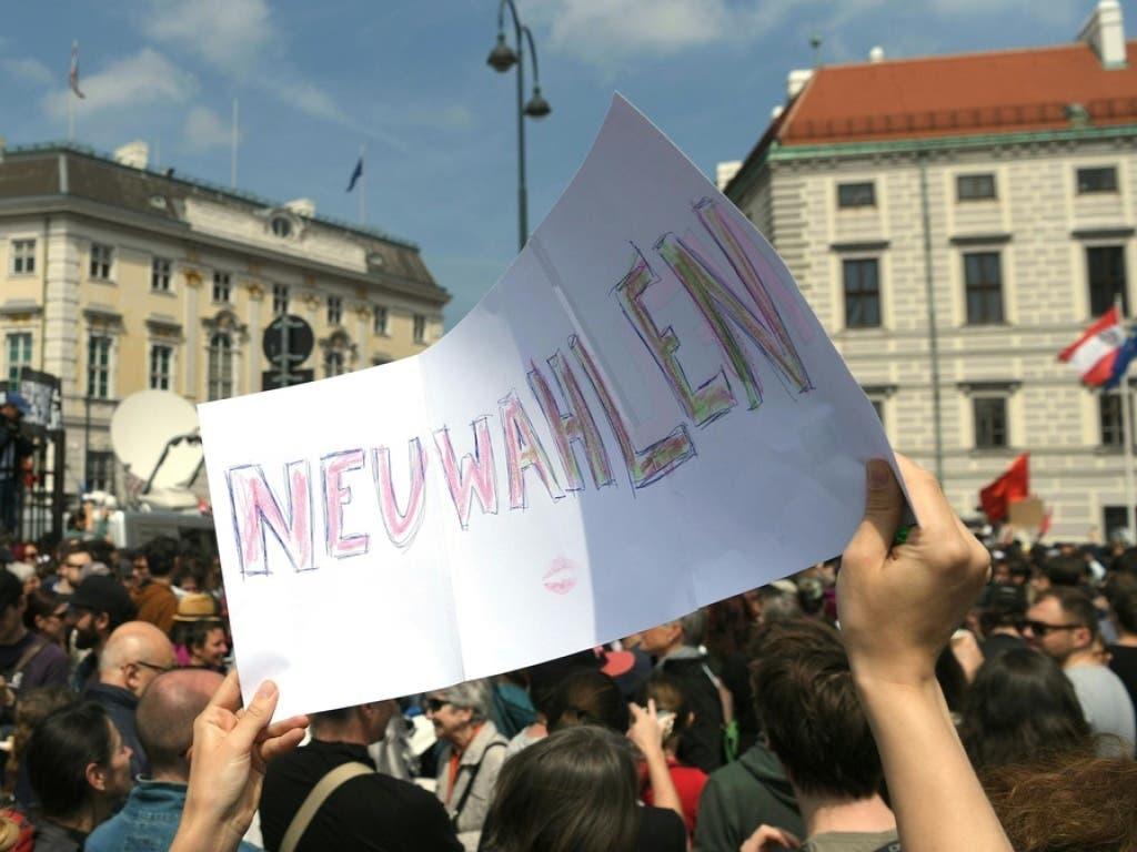Demonstrationen fordern am Samstag in Wien nach der Veröffentlichung des * «Ibiza-Videos» unter anderem Neuwahlen. (Bild: Keystone/APA/APA/ROLAND SCHLAGER)