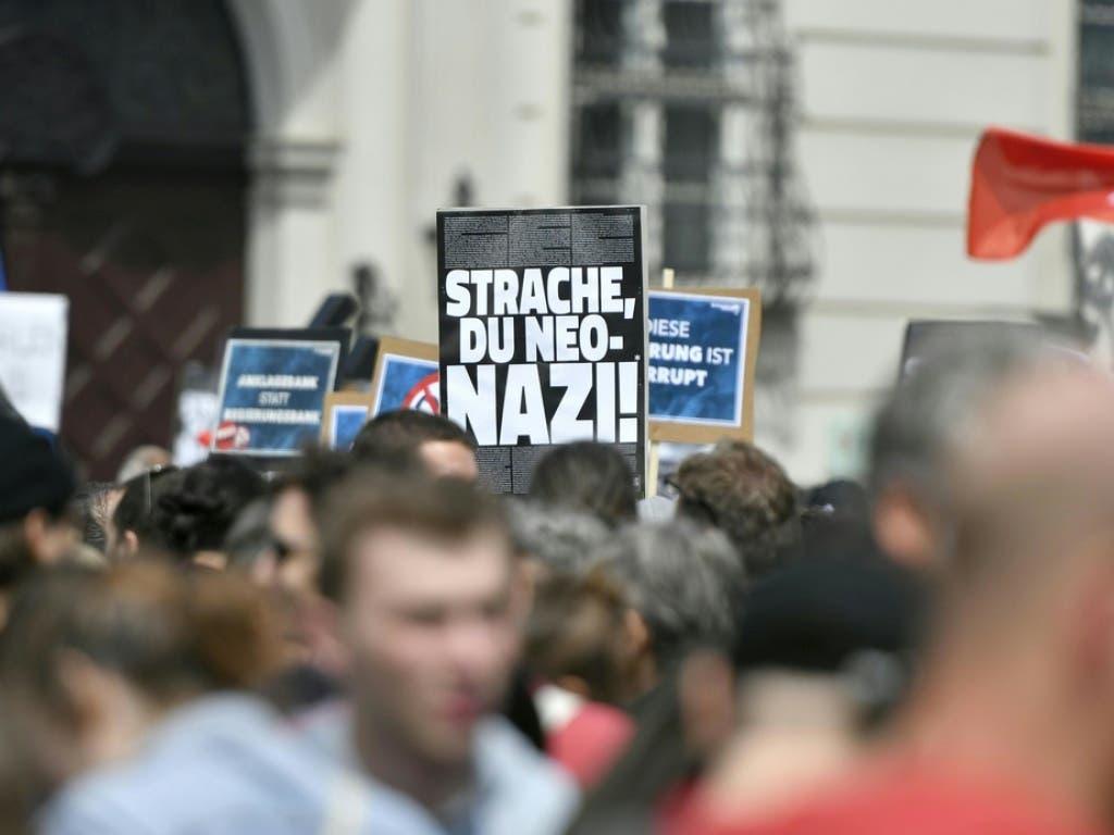 Nach dem Veröffentlichen des «Ibiza - Videos» ist es am Ballhausplatz vor dem Bundeskanzleramt in Wien zu Demonstrationen gekommen. (Bild: Keystone/APA/APA/HERBERT NEUBAUER)