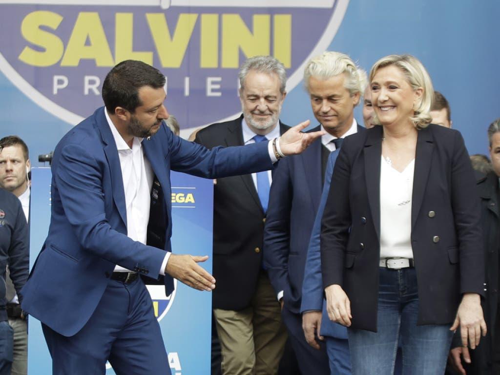 Vertreter der neuen Allianz europäischer Rechtspopulisten in Mailand: Italiens rechter Innenminister Salvini (l), die Chefin der französischen Partei Rassemblement National (RN), Marine Le Pen und der Holländer Geert Wilders (r). (Bild: Keystone/AP/LUCA BRUNO)