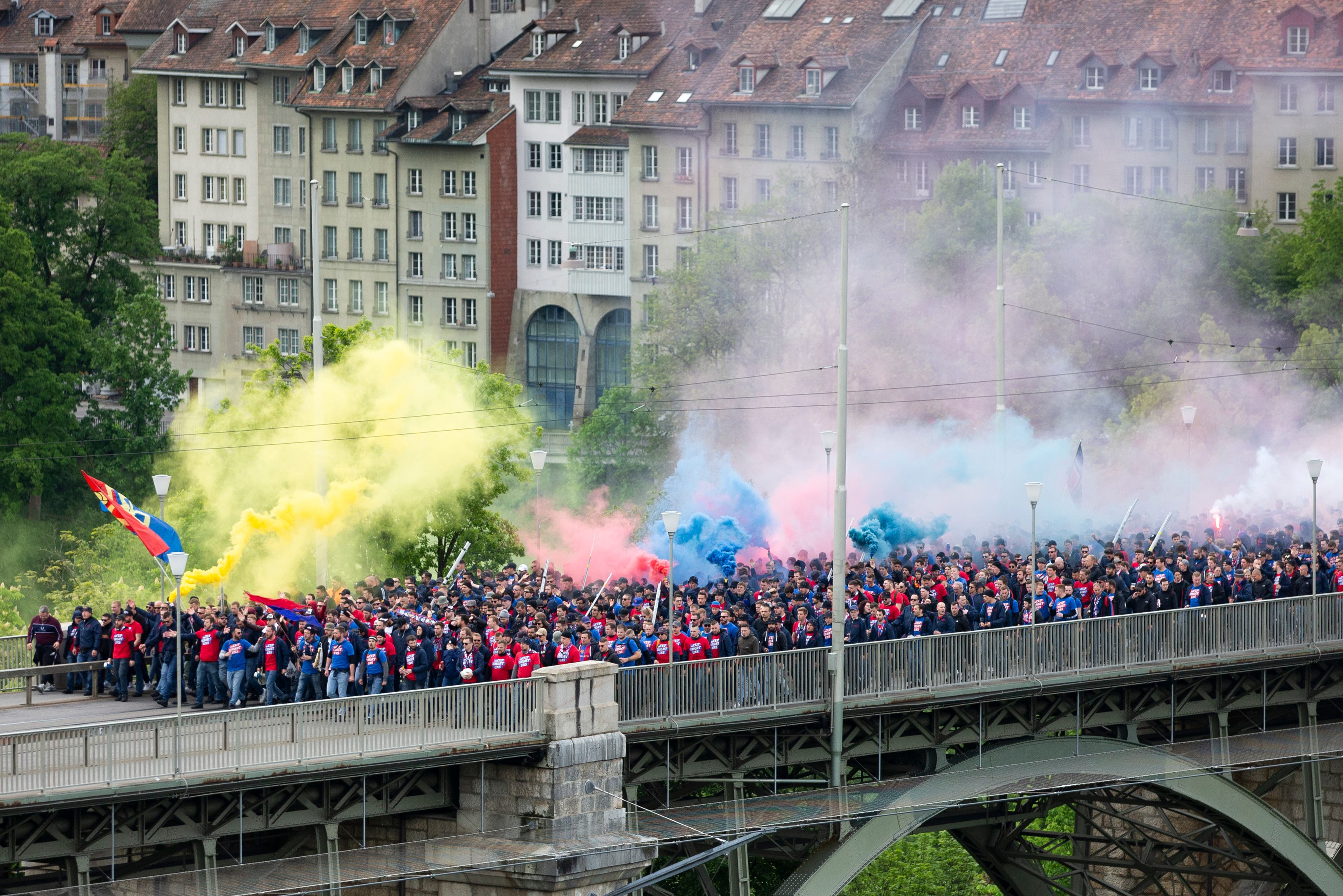Die Baselfans marschieren zum Anlass des Cupfinalspiels gegen Thun. (Bild: Peter Klaunzer/Keystone)