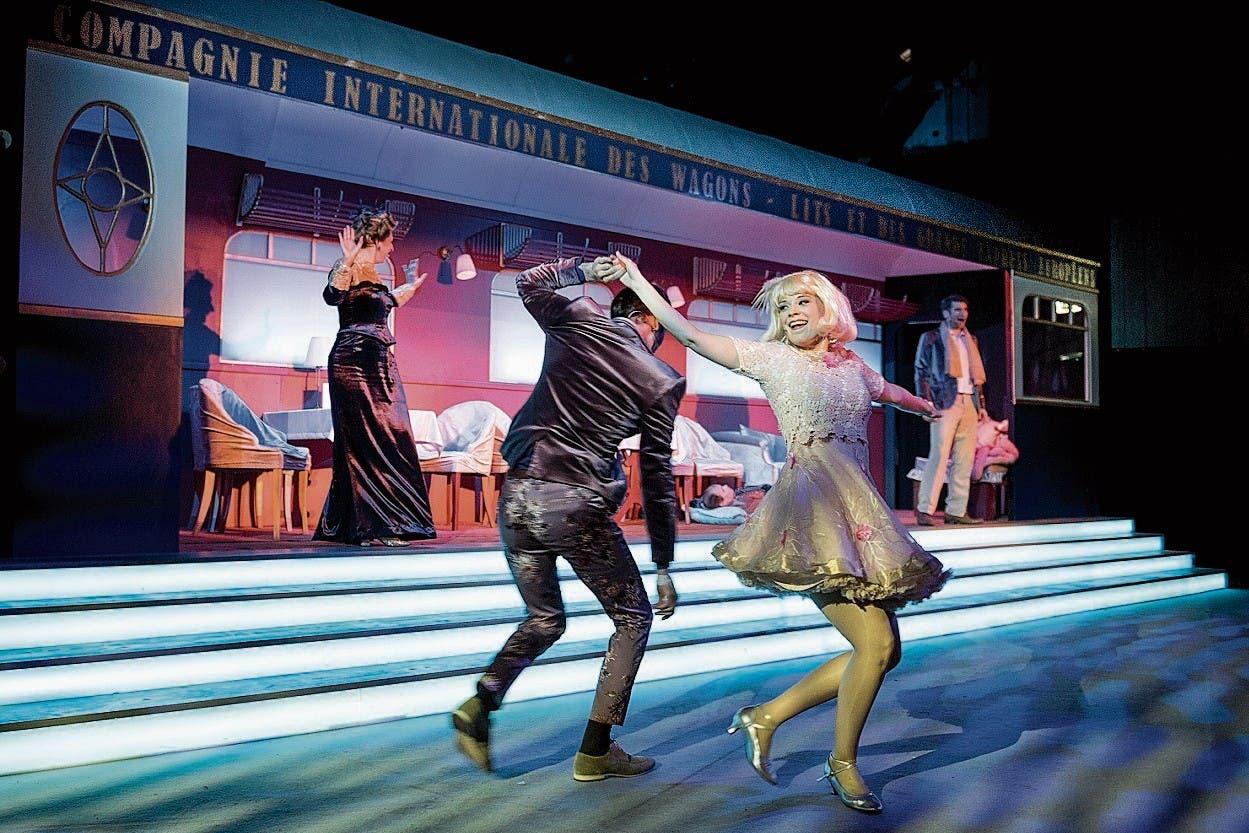 Die Musicalkompanie tanzt sich durch den Zug.