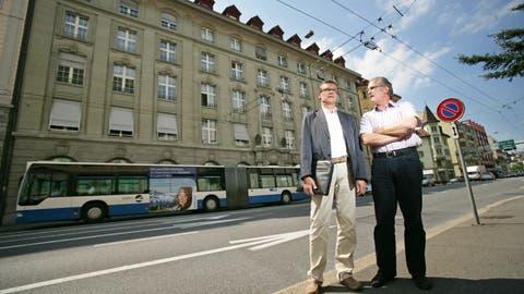 Thomas Zeier (links) und Gerold Moser stehen am Freitag, 7. August 2009 vor dem CKW Gebäude an der Obergrundstrasse 33 in Luzern. Die beiden Pensionskassen PKG und LUPK habend die Liegenschaft der CKW abgekauft.