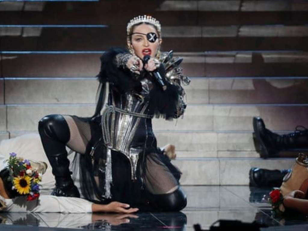 Düsterer Auftritt, schiefer Gesang: Pop-Superstar Madonna bei ihrem Gastauftritt auf der Eurovision-Songbühne in Tel Aviv. (Screenshot) (Bild: Eurovision.tv)