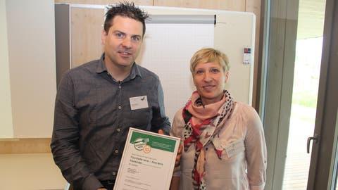 Simone Abegg von der Gesundheitsförderung Uri überreicht Roland Baltermi, Leiter Gastronomie von «Papilio», das Zertifikat. (Bild: Paul Gwerder, Altdorf, 18. Mai 2019)