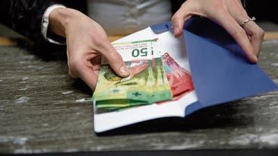Gewisse Banken verlangen fürs Bargeld-Abholen am Schalter Gebühren.Bild: Corinne Glanzmann (Luzern, 18. Januar 2018)