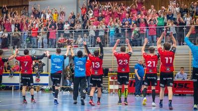 Die Kreuzlinger 1.-Liga-Handballer lassen sich von ihrem Publikum feiern. Über 1000 Zuschauer trugen die Mannschaft im zweiten Aufstiegsspiel zum Sieg. (Bild: Andrea Stalder)