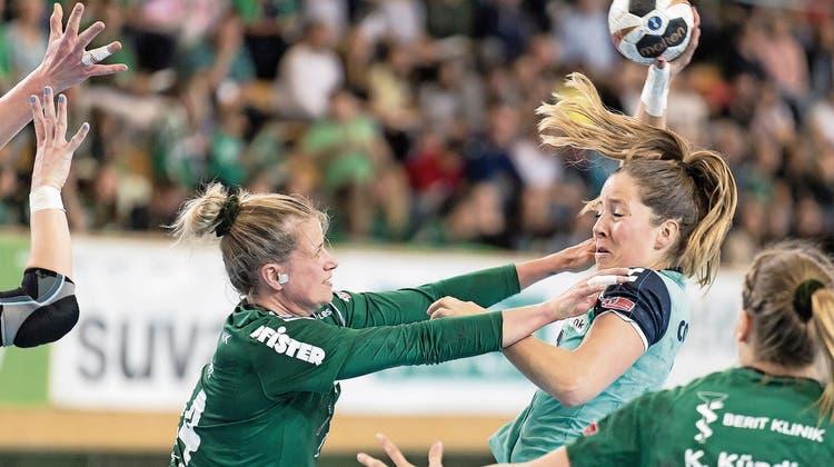 Die Zugerin Jacqueline Hasler-Petrig (rechts) gegen Brühls Laura Schmitt. (Bild: Michel Canonica/St.Galler Tagblatt, St.Gallen, 18. Mai 2019)
