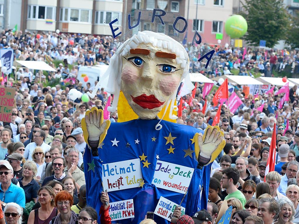 Deutschlandweit demonstrierten am Sonntag rund 150'000 Menschen für Europa und setzten dabei ein Zeichen gegen den internationalen Rechtsruck. In Köln (Bild) waren es nach Angaben der Veranstalter rund 45'000 Menschen. (Bild: KEYSTONE/DPA/ROBERTO PFEIL)