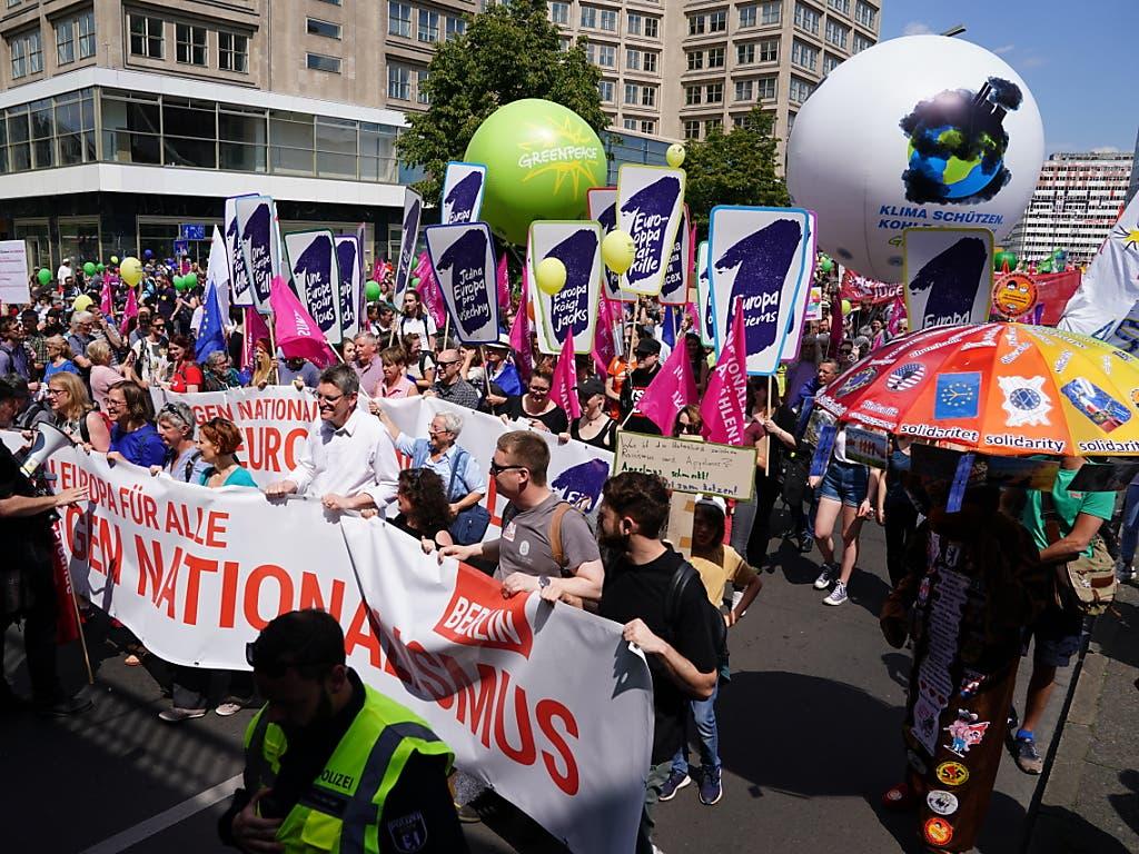Grossdemonstrationen gegen Nationalismus und für Europa: Tausende Menschen haben am Sonntag in deutschen Städten, wie hier in Berlin, für Europa und gegen Rechtsextremismus demonstriert. (Bild: KEYSTONE/EPA/ALEXANDER BECHER)