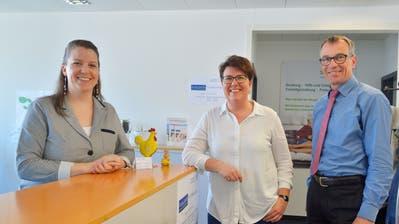 Stellenleiterin Bernadette Götsch, Gemeinderätin Ursi Senn-Bieri und der Seniorennetz-Sekretär Roger Häfner. (Bild: Mario Testa)