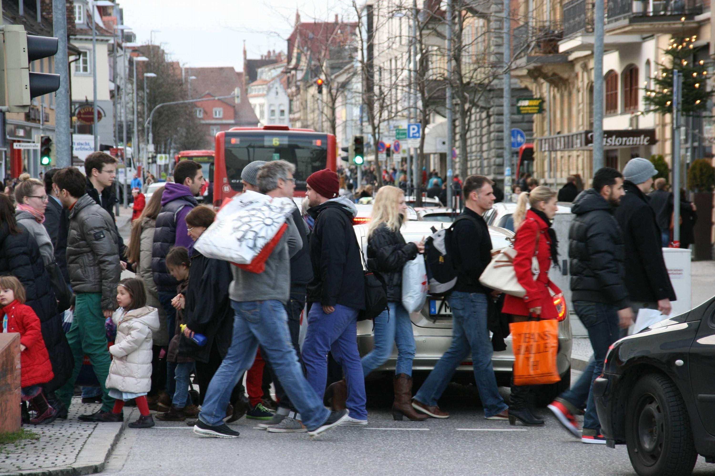 Besonders Samstags: Einkaufstouristen verstopfen die Strassen. (Bild: Oliver Hanser)