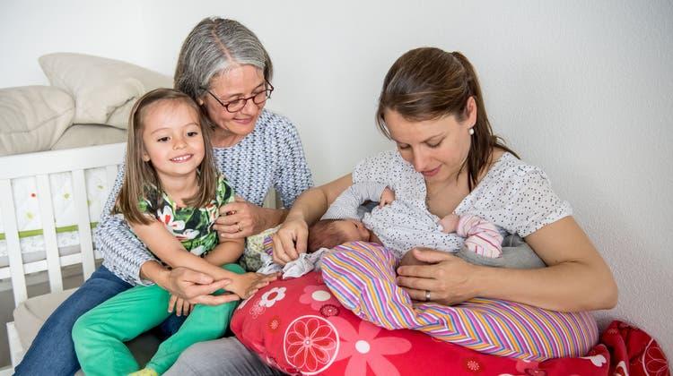 Katrin Hartmann (rechts) ist kürzlich Mutter von Zwillingen geworden.Hebamme Karin Bachmann betreut sie die ersten Monate. Auch im Bild ist HartmannsTochterSophie. (Bild: Nadia Schärli, Altwis, 20. Mai 2019)