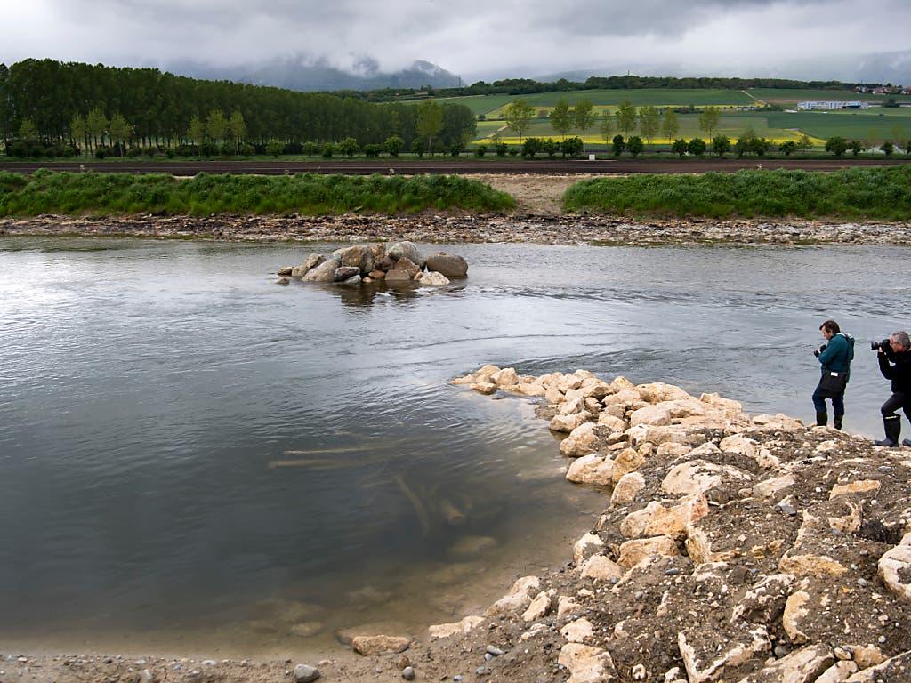 Ein unregelmässiges Ufer und künstliche Inseln sollen zu Flussabschnitten mit unterschiedlich starken Strömungen führen. (Bild: KEYSTONE/LAURENT GILLIERON)