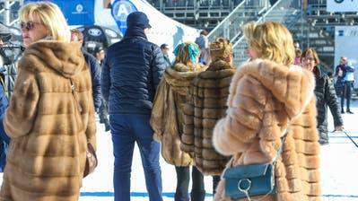 """15'000 gutgelaunte Besucher am dritten und letzten Renntag auf dem zugefrorenen St. Moritzer See und dies bei Kaiserwetter und angenehmen Temperaturen, was aber die Ladys nicht davon abhielt ihre Pelze zu zeigen, aufgenommen am Sonntag, 17. Februar 2019, bei den Internationalen Pferderennen auf Schnee """"White Turf"""" in St. Moritz. (KEYSTONE/Eddy Risch)"""