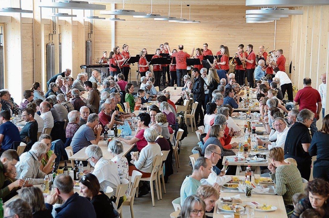 Auftritt der Jugendmusik Sennwald in der gut besuchten neuen Mensa.