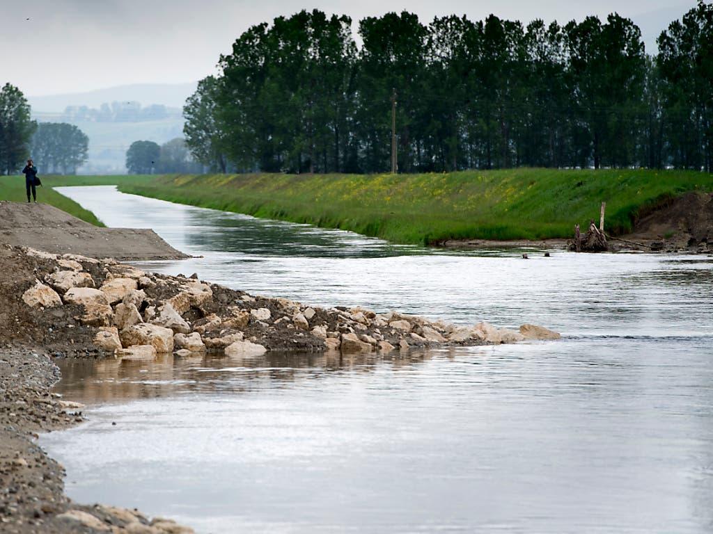 Das begradigte Flussbett der Zihl wurde um fast 20 Meter verbreitert, um den Flusspegel und den Wasserdruck zu senken. (Bild: KEYSTONE/LAURENT GILLIERON)