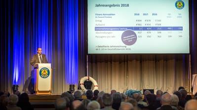 Verwaltungsratspräsident Roger Forrer führt in der Mehrzweckhalle Schanz durch die Generalversammlung. (Bild: Andrea Stalder)
