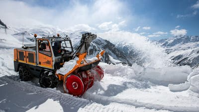 Die Schneeräumungsarbeiten am Gotthard sind in vollem Gang. (Bild: Alexandra Wey/Keystone, 6. Mai 2019)