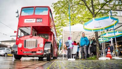 Am Montagabend hielt der Londonbus am Bahnhof Frauenfeld, Pendler und Unternehmensvertreter trafen sich drinnen. (Bild: Andrea Stalder)