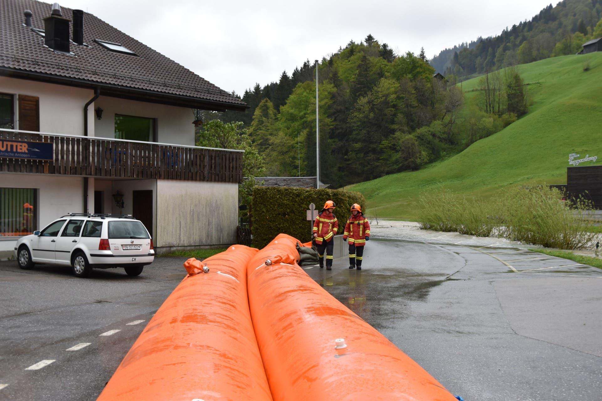 Die Feuerwehr bereit sich auf noch grössere Wassermengen im Toggenburg vor. (Bild: Timon Kobelt)