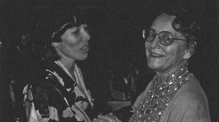 Brigitte Mürner (CVP, links) wurde am 26. November 1985 zur ersten Luzerner Grossratspräsidentin gewählt, zwei Jahre später schaffte sie es als ebenfalls erste Luzerner Frau in die Regierung. Rechts gratuliert Josi Meier. (Bild: PD)