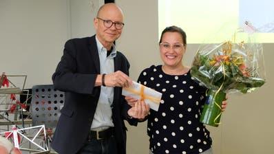 Jörg Sorg und Anita Gebauer verlassen die Schulbehörde mit Geschenk und Blumen. (Bild: Thomas Brack)