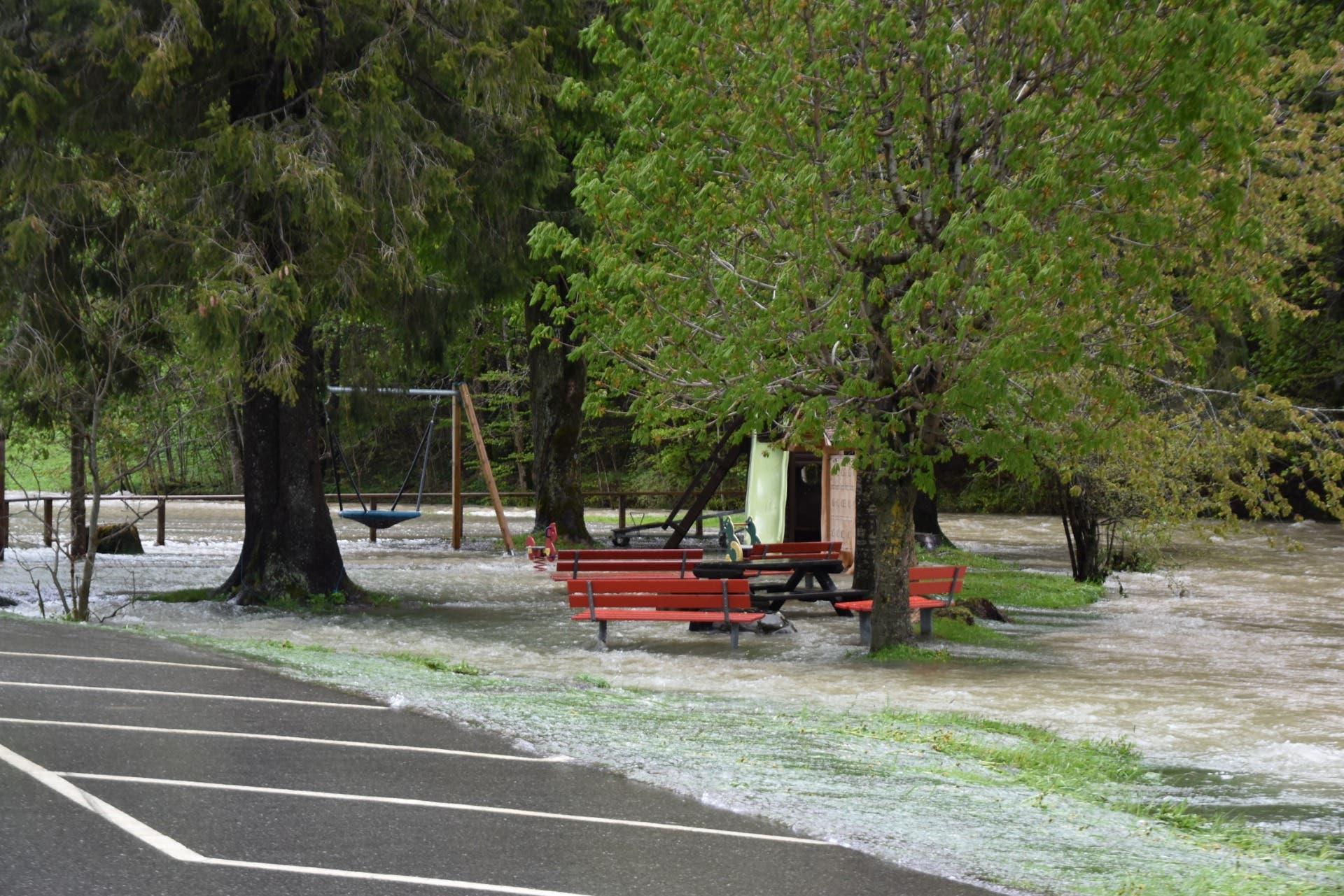 Überfluteter Spielplatz in Alt St.Johann. (Bild: Timon Kobelt)