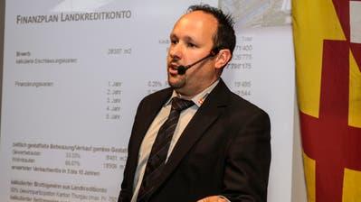 Gemeindepräsident Rolf Bosshard erläutert den Kreditantrag zum Kauf der Parzelle Postacker. (Bild: Christof Lampart)