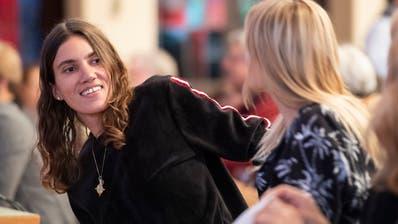 Model Tamy Glauser, links, mit ihrer Partnerin Dominique Rinderknecht anlässlich der Nominationsversammlung zu den Nationalratswahlen. (Bild: Ennio Leanza/Keystone, Zürich, 21. Mai 2019)