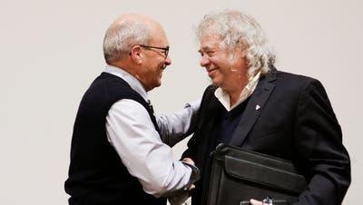 Köbi Auer (rechts) nimmt die Gratulation von Riquet Heller entgegen, der das Parlament in den letzten zwölf Monaten präsidiert hat. (Bild: Donato Caspari)