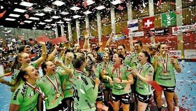 Die Frauen des LC BrSt.Galler Meisterfeier in Zug. (Bild: Stefan Kaiser/ZZ)