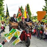 Sirnachs ehemaliger Gemeindeschreiber Peter Rüesch fährt Grossratspräsident Kurt Baumann und Regierungsratspräsident Jakob Stark auf einer historischen Moto Guzzi auf das Grünau-Areal. (Bilder: Olaf Kühne)