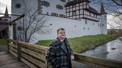 OK-Präsident Bruno Steffen vor dem Schloss Wyher in Ettiswil .(Bild: Pius Amrein, 3. Januar 2018)