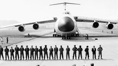 1978 landete erstmals ein amerikanisches Transportflugzeug Lockheed Galaxy (75 Meter Länge, 68 Meter Spannweite) in Emmen. Es hatte Tiger-Kampfflugzeuge für die Schweizer Armee an Bord. (Bild: VBS)