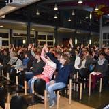 Die Schullbürger in Schönholzerswilen stimmen ab. (Bild: Susanna Ribi)