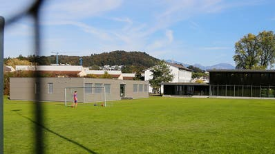 Der Platz vor dem Kuonimatt-Schulhaus: Die Spielwiese darf laut Gericht nicht tangiert werden. Dafür soll nun das bestehende Provisorium (Bild) um zwei Geschosse aufgestockt werden. (Bild Stadt Kriens)