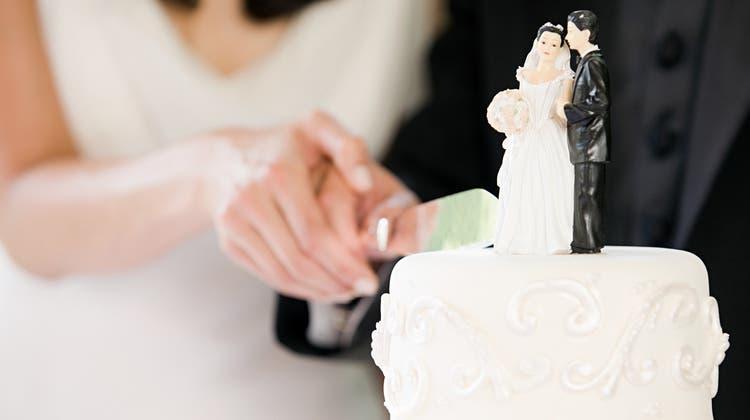 Die Hochzeitsplanerin berät Paare auch in Bezug auf die Finanzen. Ihre pragmatische Art kommt bei künftigen Ehemännern besonders gut an. (Illustration: Selina Buess)
