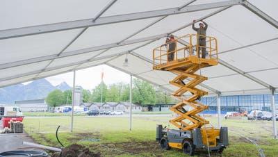 Über vier Wochen lang arbeitet der Zivilschutz Nidwalden für die Iheimisch auf dem Flugplatz Buochs. Beim Aufstellen der Zelte kommt auch eine Hebebühne zum Einsatz.(Bild: Manuela Jans-Koch, Buochs, 22. Mai 2019)