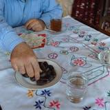 Nach Sonnenuntergang feiern gläubige Muslime das Fastenbrechen mit Wasser, Milch, Tee, Brot und Datteln. (Bild: Nana Do Carmo)