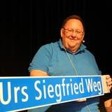 Abschiedsgeschenkt für den Gemeindepräsidenten: Urs Siegfried freut sich über die Tafel für seine Zufahrt. (Bild: Marion Theler)