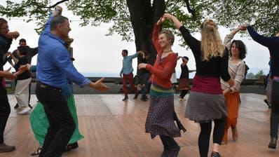 Das einheimische Duo Sol do animiert das Publikum auf dem HeidlerDunantplatz zum Tanzen. (Bilder: Mea McGhee)