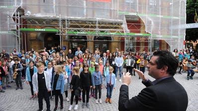 Musikschulleiter Philipp Gisler dirigierte am Samstagmorgen die rund 160 Sänger und Musikanten. (Bild: Urs Hanhart, Altdorf, 25. Mai 2019)