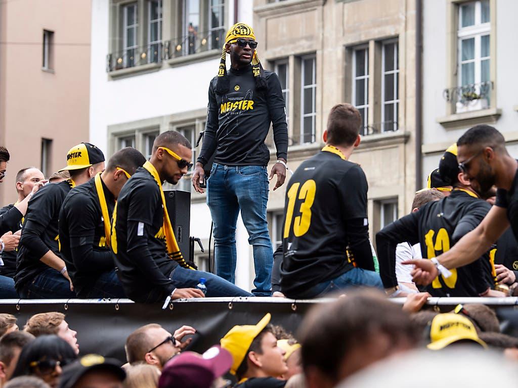 YB-Spieler und Fans feiern anlässlich des Meisterumzuges am Sonntag in der Berner Altstadt (Bild: KEYSTONE/PETER SCHNEIDER)