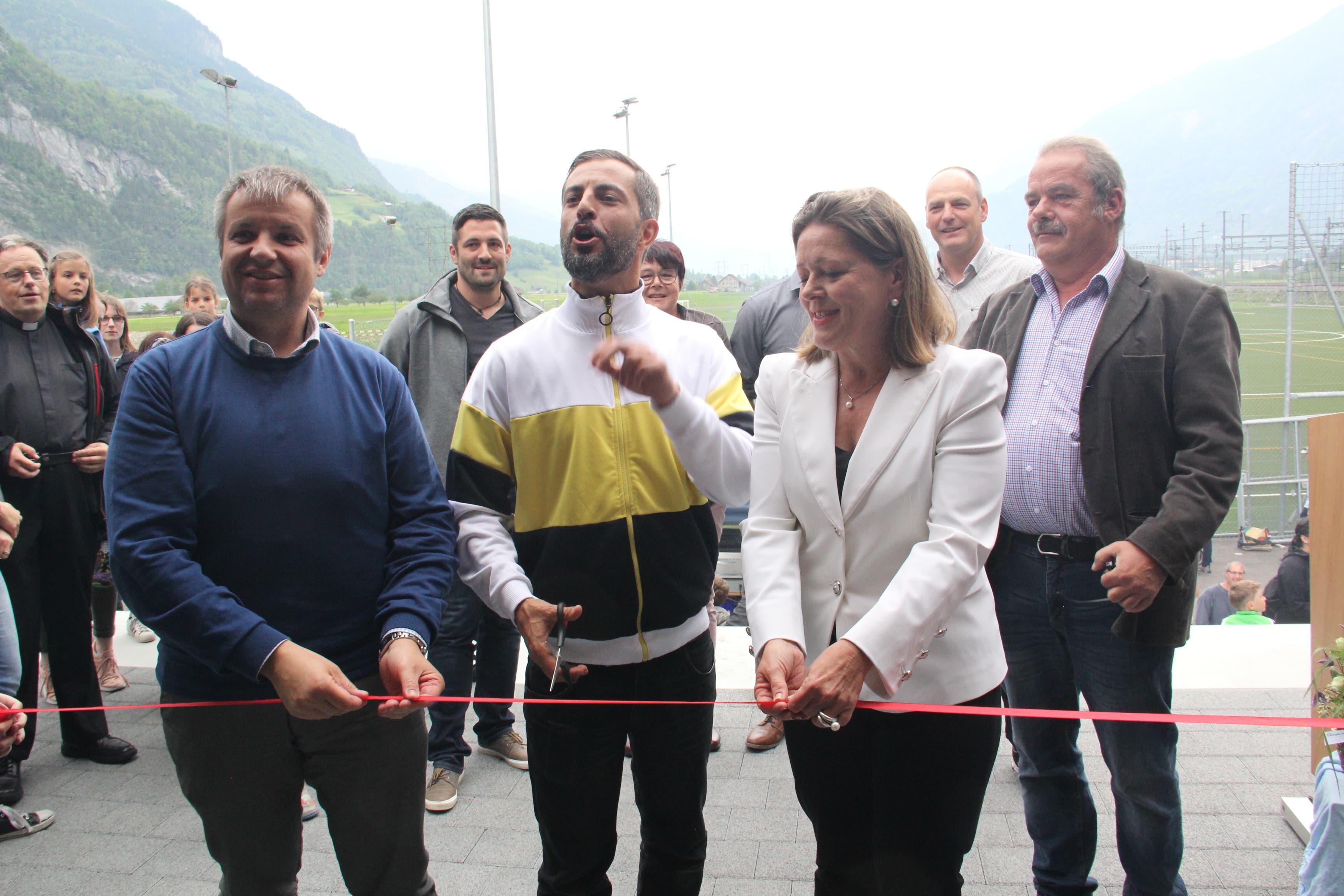 Sie haben das Band durchschnitten (von links): Dimitri Moretti, Bligg und Heidi Z'graggen. (Bild: Paul Gwerder, 25. Mai 2019)
