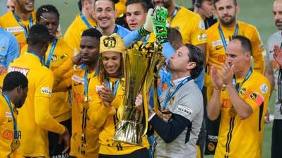 Gerry Seoane küsst den Pokal. (Bild: Martin Meienberger/freshfocus)