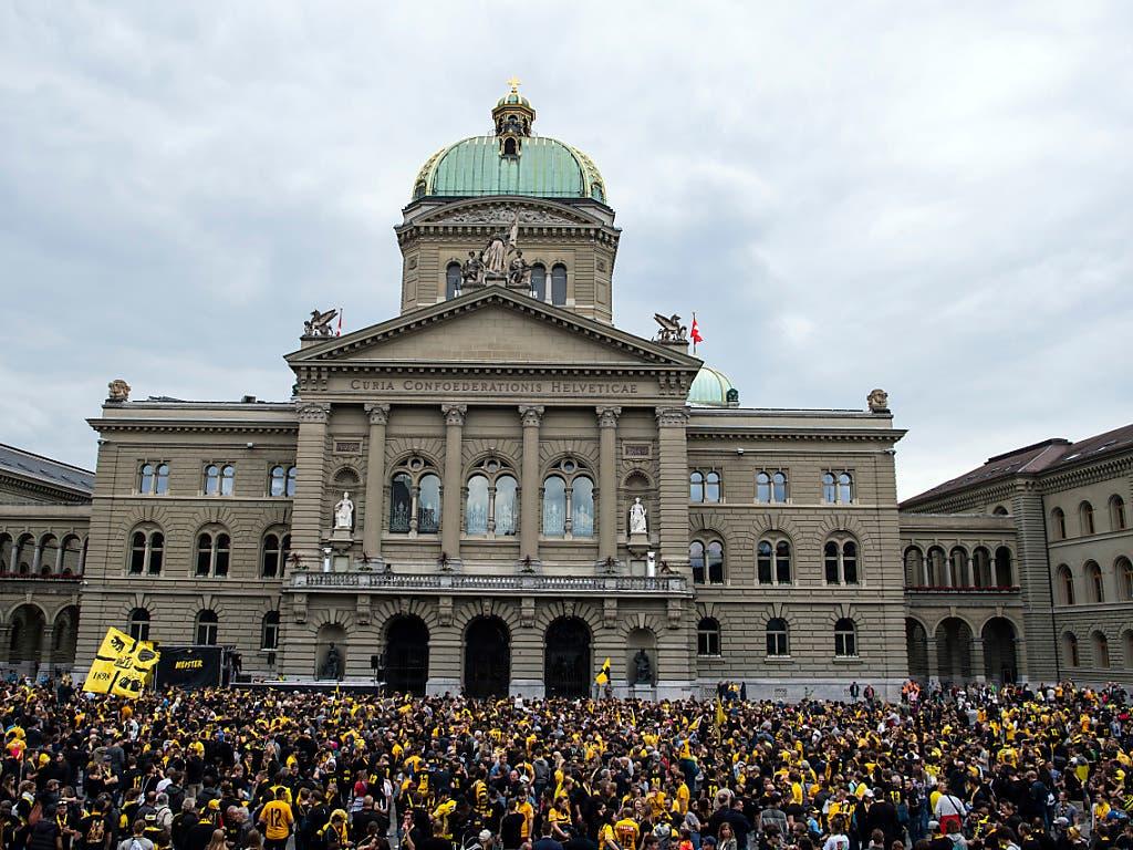 In der Politik angekommen? - YB-Fans vor dem Bundeshaus. (Bild: KEYSTONE/PETER SCHNEIDER)