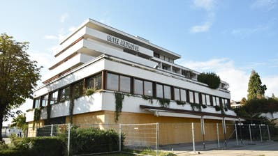 Das Hotel Metropol beziehungsweise die geplante Überbauung der HRS mit zwei Wohntürmen gibt auch im Rahmen der Revision der Ortsplanung zu reden. (Bild: Max Eichenberger)