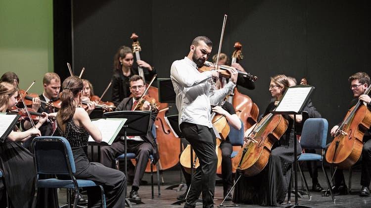 Die Streicher der Jungen Philharmonie Zentralschweiz mit dem Solisten Ahmed Pysthiyev. Die Geigerin Ina Dimitrova (links) leitete die Musikstudenten vom ersten Pult aus. Bild: Manuela Jans-Koch (Meggen, 26. Mai 2019))