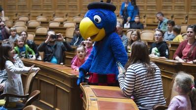Globi war die Hauptattraktion am diesjährigen Familientag im Bundeshaus. (KEYSTONE/Lukas Lehmann)