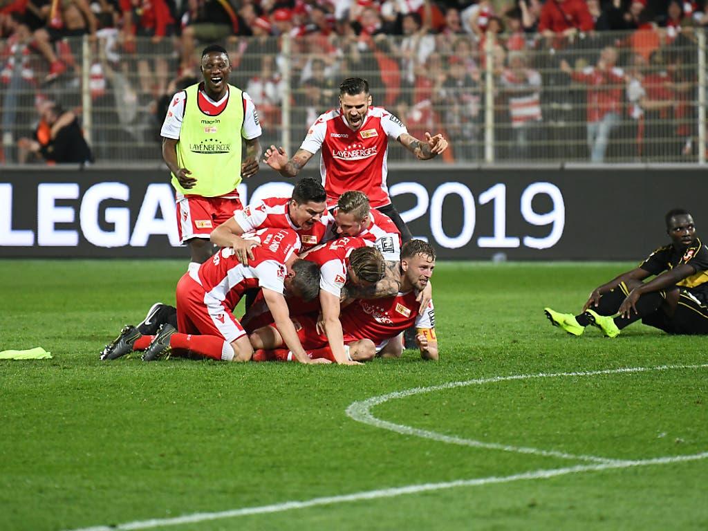 Schluss, aus und vorbei: Die Spieler von Union Berlin liegen sich in den Armen (Bild: KEYSTONE/DPA/JÖRG CARSTENSEN)